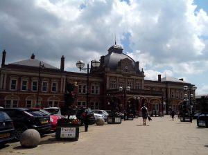 La fachada de la estación de tren.